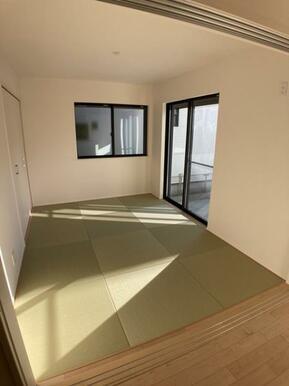 【10号棟洋和室】 来訪時や、家事スペースとしても使える洋和室