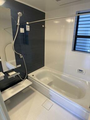 【10号棟浴室】 お湯が冷めにくい魔法びん浴槽を採用。ゆったりと足が伸ばせる1.0坪のユニットバス♪