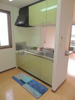 人気の対面型キッチンのあるLDKになります。キッチンスペースが開放的ですのでリビングが明るくなります