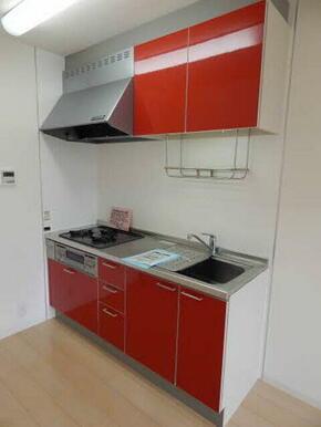 キッチンスペースが奥の壁際にまとまっておりますのでリビングスペースもゆったりと使えます。