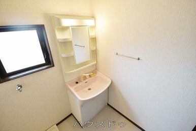 洗面所ですよ♪こちらにも窓があるので明るい雰囲気ですね♪洗面所には収納スペースがあるので、洗面周り…