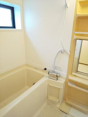 換気・採光にも便利・窓付の浴室★