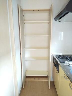 キッチン横には便利な収納棚が御座います★