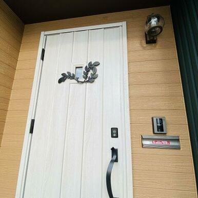 アイアンの葉っぱが可愛い玄関ドア