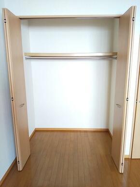 洋室角にクローゼット完備・衣類収納も楽々★