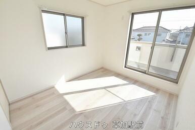 2階5.2帖収納付きの洋室です!床はフローリングになっているので、掃除も楽々です(*^-^*)