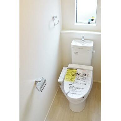 【トイレ同仕様写真】 節水型ウォシュレット付、温かい便座で快適!