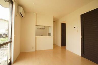 キッチンはカウンター式です◆手前扉の向こうは玄関ホール・浴室洗面です◆キッチン右側の扉から洋室へ。