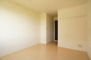 【洋室】壁には洋服などを掛けられるフックが付いています。