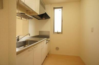 キッチンセットは白系の面材で明るいイメージです◆スゥイング式の窓があります。