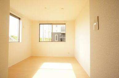 【洋室】角部屋ならではの2面採光◆窓は西・北面です。