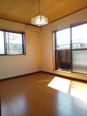 2階・2面採光で明るい6帖洋室
