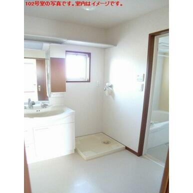 【洗面所】洗面台は洗髪のできるシャンプードレッサーです☆小物を置ける棚も付いております♪洗面所の上部