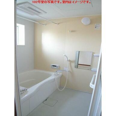 【浴室】浴室には小窓付き♪お風呂はあったか追い焚給湯付です☆ シャンプーなどの小物を置く棚や鏡も付い