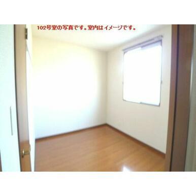 【洋室】南側の洋室です。前面にスペースがあるため日当たりも良いです☆