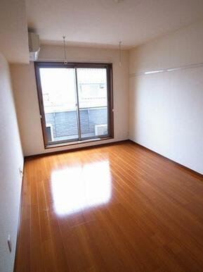 【洋室】7.4帖の洋室です。エアコンが1基備え付けられております。フローリング仕様のお部屋です。※写