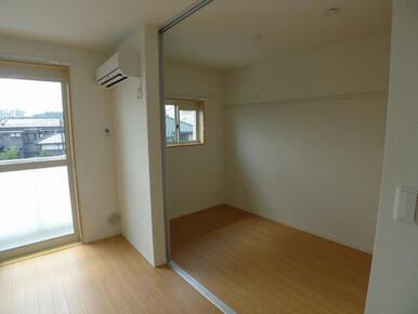 洋室との間はスライディングスクリーンで仕切れるので、お部屋の使い方の幅が広がります◎