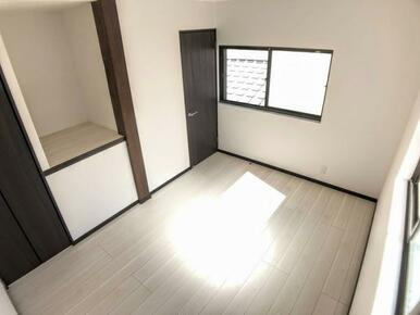 「2F南西洋室 別角度」棚と収納がございます。