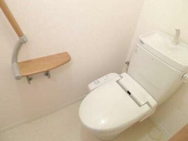 温水洗浄便座ももちろん完備。壁際の小物置きになる棚もうれしい配慮です