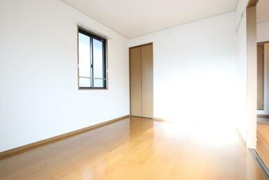 扉を開放しておけばダイニングと併せて居室を広くお使いできます♪