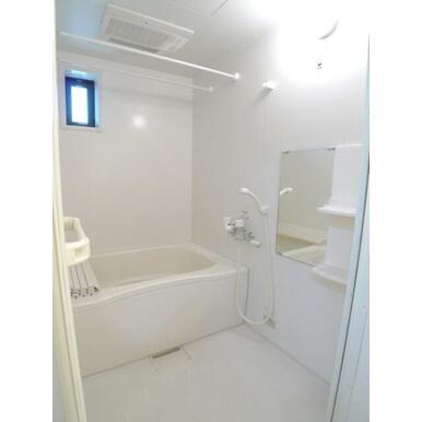 【浴室】浴室には小窓付き♪お風呂はあったか追い焚給湯付です☆シャンプーなどの小物を置く棚や鏡も付いて
