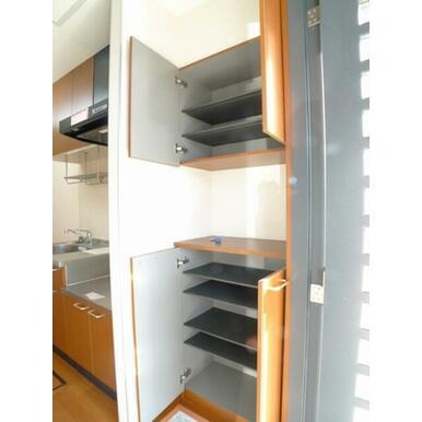 【玄関】玄関には上下にセパレートしたシューズボックスがあります♪シューズボックスの棚は取り外し可能で