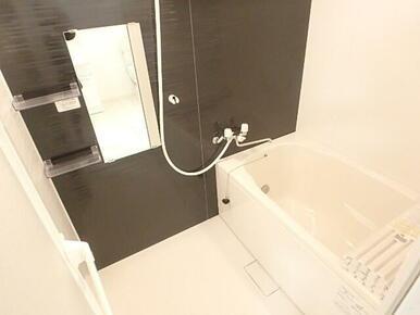 便利な追焚き、浴室乾燥機付きのバスルーム