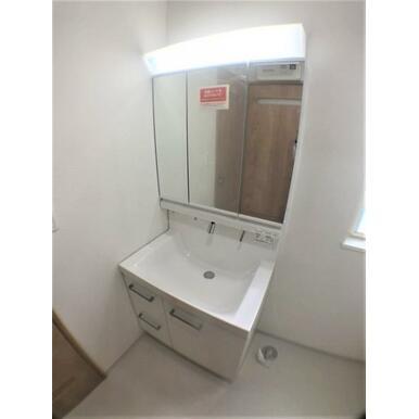 【洗面室】三面ミラーキャビネット付の洗面台で身支度スムーズ!