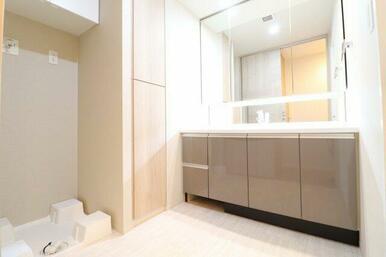 【洗面室】三面鏡の裏、カウンター下には大容量の収納付き♪さらにタオルなどを置いておくリネン庫、また