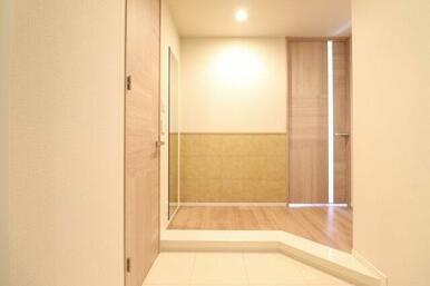 【玄関】横幅が広くゆったりした玄関!大容量のシューズインクローゼットもあり、キャリーケースなど大き
