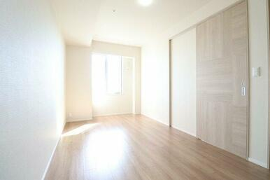 【洋室】なかなか無い「8帖」の洋室☆柱もないすっきりとした形なので、キングサイズベッドも十分に置け