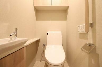 【トイレ】手洗いカウンター付き、収納も充実!