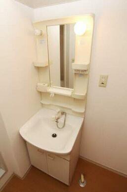 朝の身じたくが快適にできるシャワー付き水栓洗面台です♪