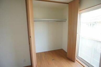 【洋室】ハンガーパイプ付き収納が御座いますので、衣類の収納に便利です♪