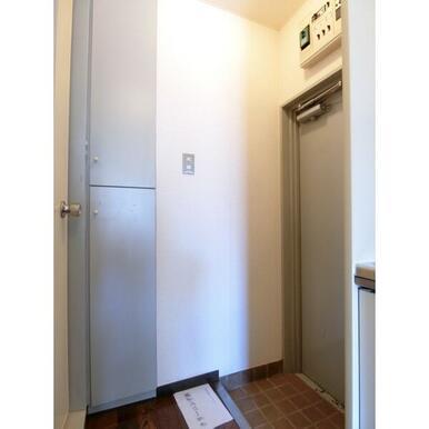 タイル張りの玄関。シューズボックス付き