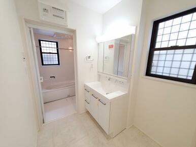 洗面 3面ミラーキャビネットを利用して整理整頓!十分な広さで身支度もスムーズにできます!