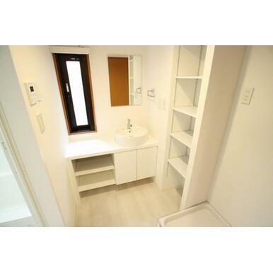 収納付きのシンプルな洗面所。タオルや買い置き品もすっきり収納!