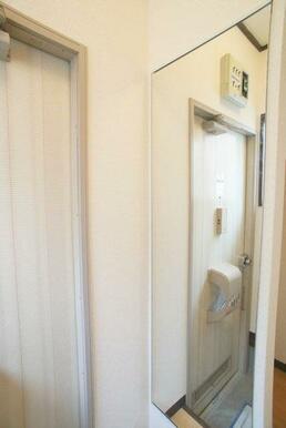 玄関部には姿見鏡がございます♪