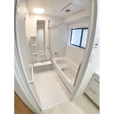 【浴室】 ゆったり足が伸ばせるユニットバス!