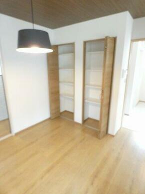 キッチンのそばに調味料や保存食品の保管に便利な収納スペースがあります