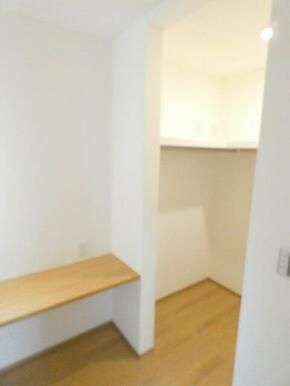 書斎スペースです。奥には収納豊富なウォークインクローゼットがあります