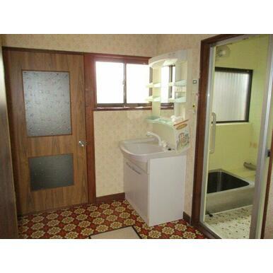 洗面台は数年前に交換済です!シャワーホーム付きで便利です!