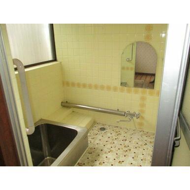 ステンレスの浴槽です。手すり付きで安心な浴室です。