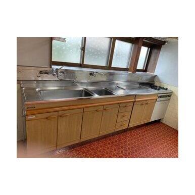 キッチン背面には造り付の食器棚があります!一部対面カウンターになっていてお料理の受け渡しに便利です