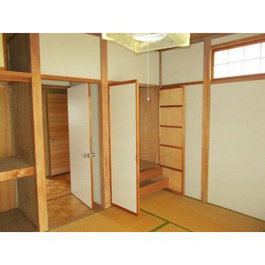 2階和室。押入と収納があります。