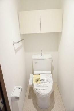 収納棚がある温水洗浄便座付きトイレ