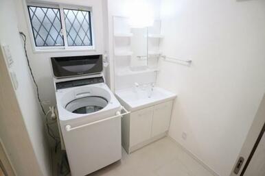 洗面台には収納付きで歯磨き粉が迷子にならずにすみます