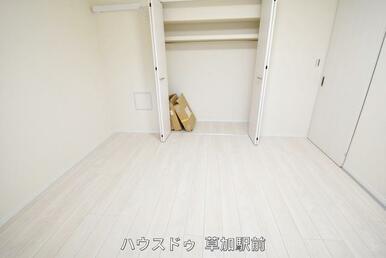 7.2帖洋室の収納です。沢山の衣類や小物もすっきり整理できますね♪