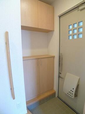 【玄関】玄関には上下に分かれたシューズボックスを設置し、ファミリーの方でも安心して収納できるようにし