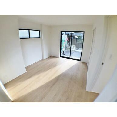 【洋室】窓からのやさしい光が心地よいプライベートルーム!